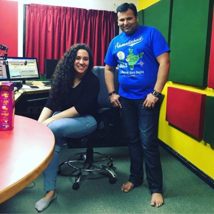 An Amdavaadi who lives Amdavadi-panu in London since years, an absolute lover of Radio Mirchi, Rakesh Goswami.. Turned up at Mirchi Ahmedabad studios with goodies to surprise me and have a warm Meethi Mirchi conversation. ( Watan Thi door Ni aakhi feeling.. Very sad.. But Heer made him happy ) :D