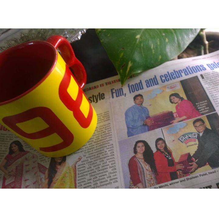 सुबाह सुबाह अखबारों में तस्वीर देखि   मेहनत और तक़दीर दोनों देखि ... #mirchiundhiyuparty #Ahmedabadtimes