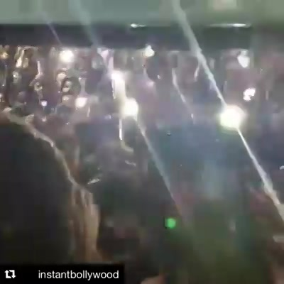 The Raees mania takes over as SRK travels by Train from Mumbai to Delhi. Here is a clip of him at Surat Railway Station  . #srk #shahrukhkhan #bollywood #raees #mahirakhan #raeesbytrain #raeesbyrail