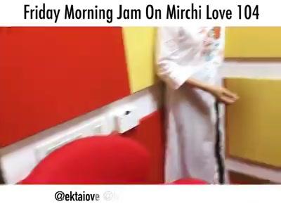 Sing along with us ! Friday Morning Jam On Mirchi Love 104 . . . .  @himanivyas23 @davejalaj @creativeboxx @prathmeshbhatt  #fridaymorningjam #music #friday